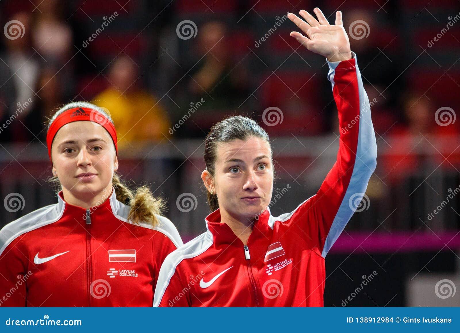 Alona Ostapenko en Anastasija Sevastova, tijdens Wereldgroep II Eerste Rond spel tussen team Letland en team Slowakije