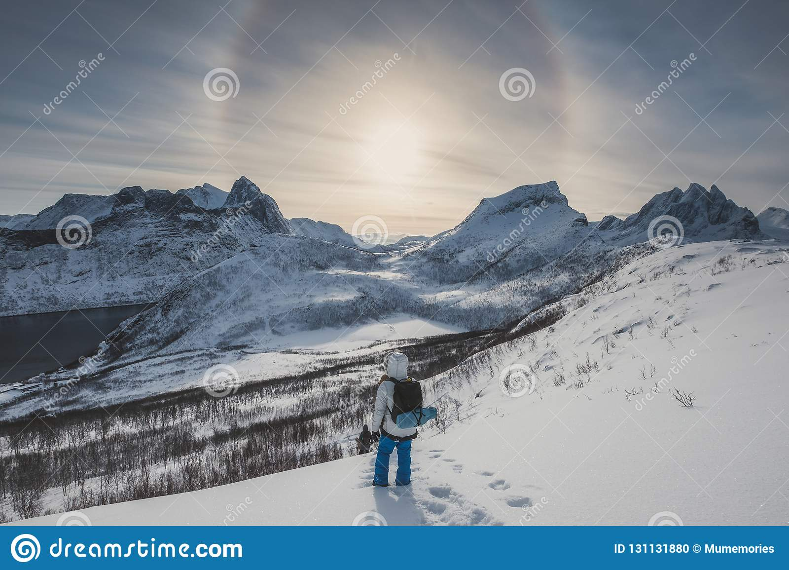 Alone solare su catena montuosa con il gruppo dell alpinista sulla collina della neve