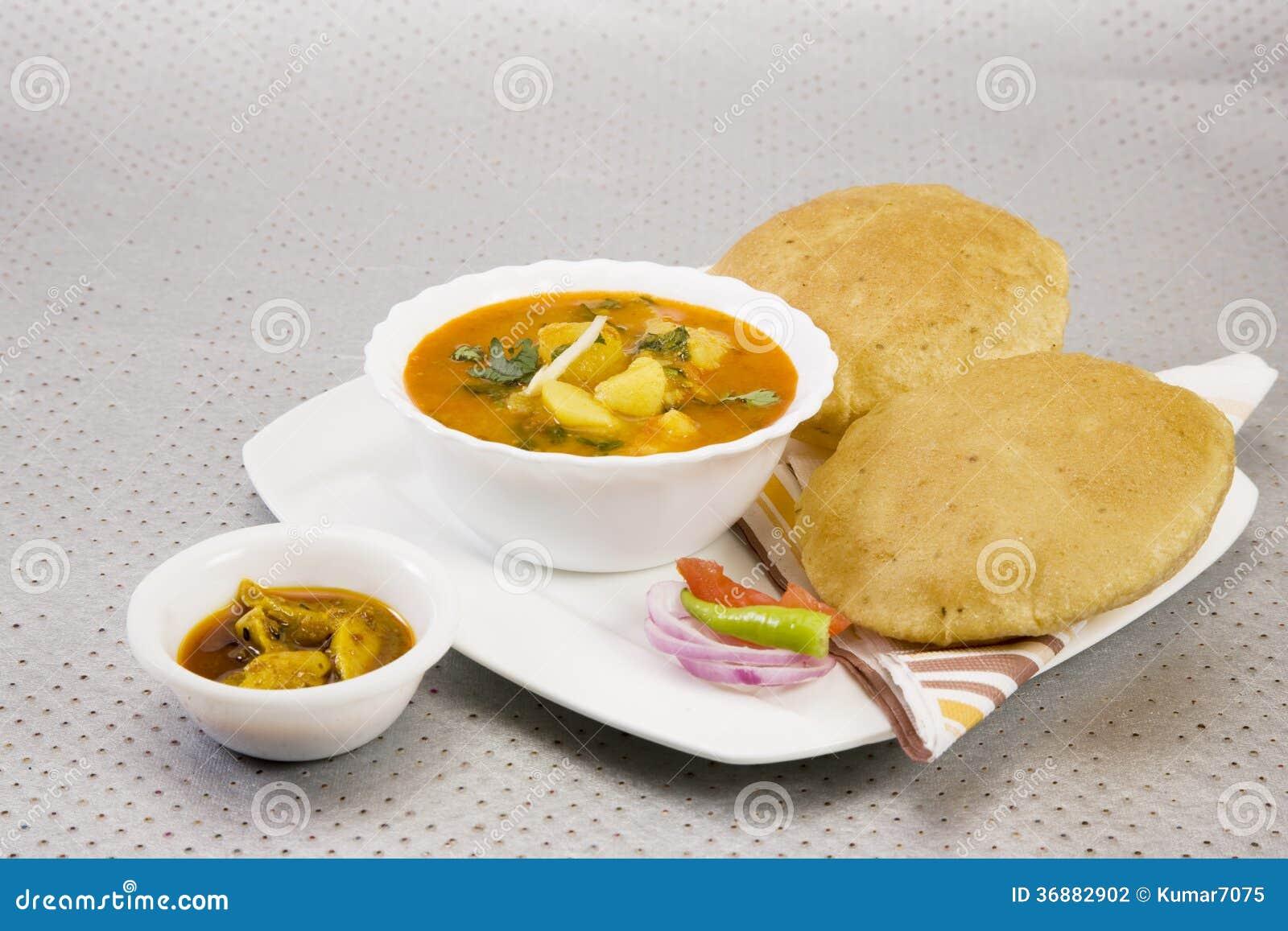 Download Aloo Puri con Aachar fotografia stock. Immagine di spezia - 36882902