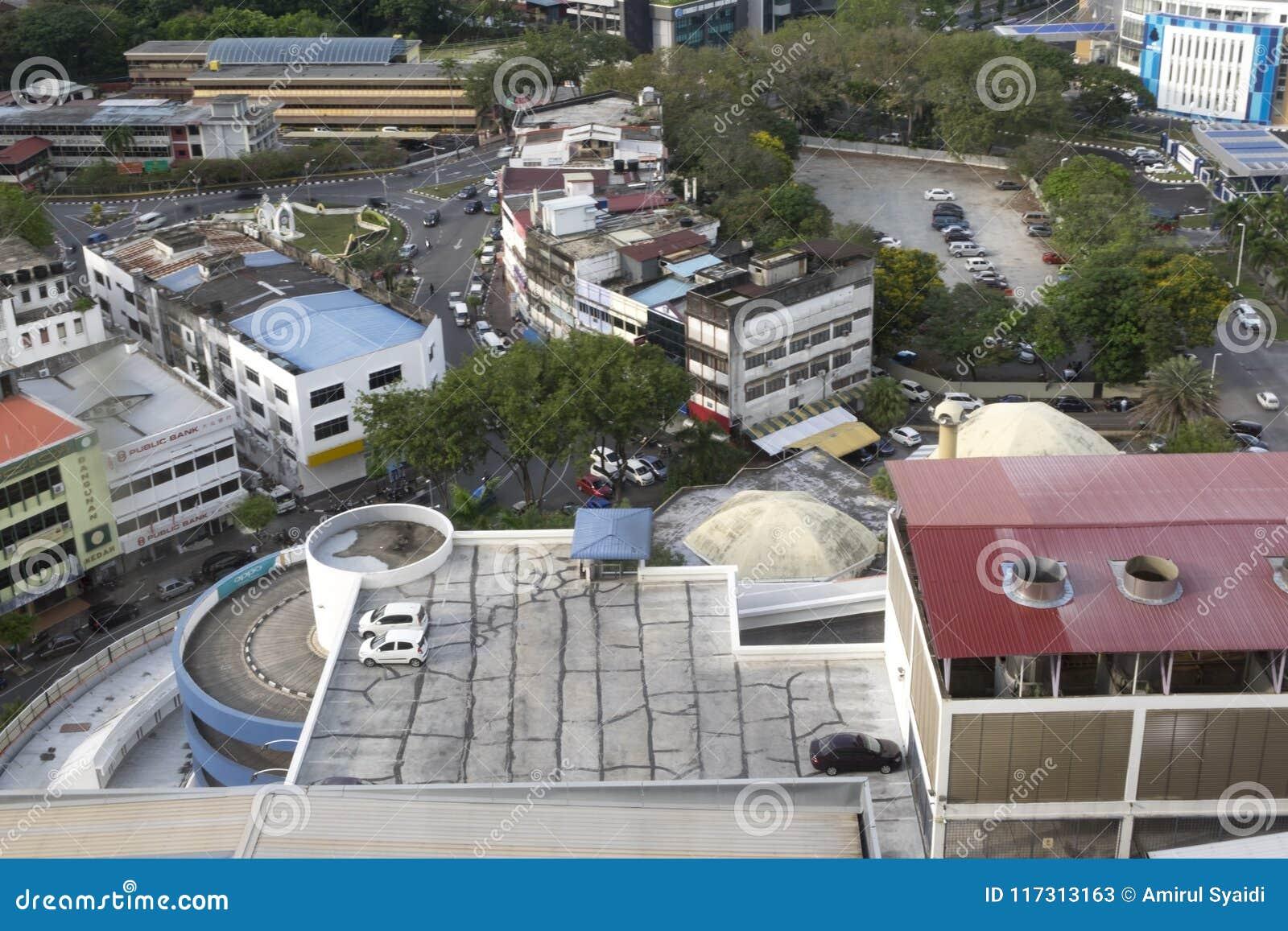 ALOR SETAR MALAYSIA, 9 JANUARI 2018: Cityscapes för flyg- sikt av den Alor Setar staden som lokaliseras på nordliga halvöliknande