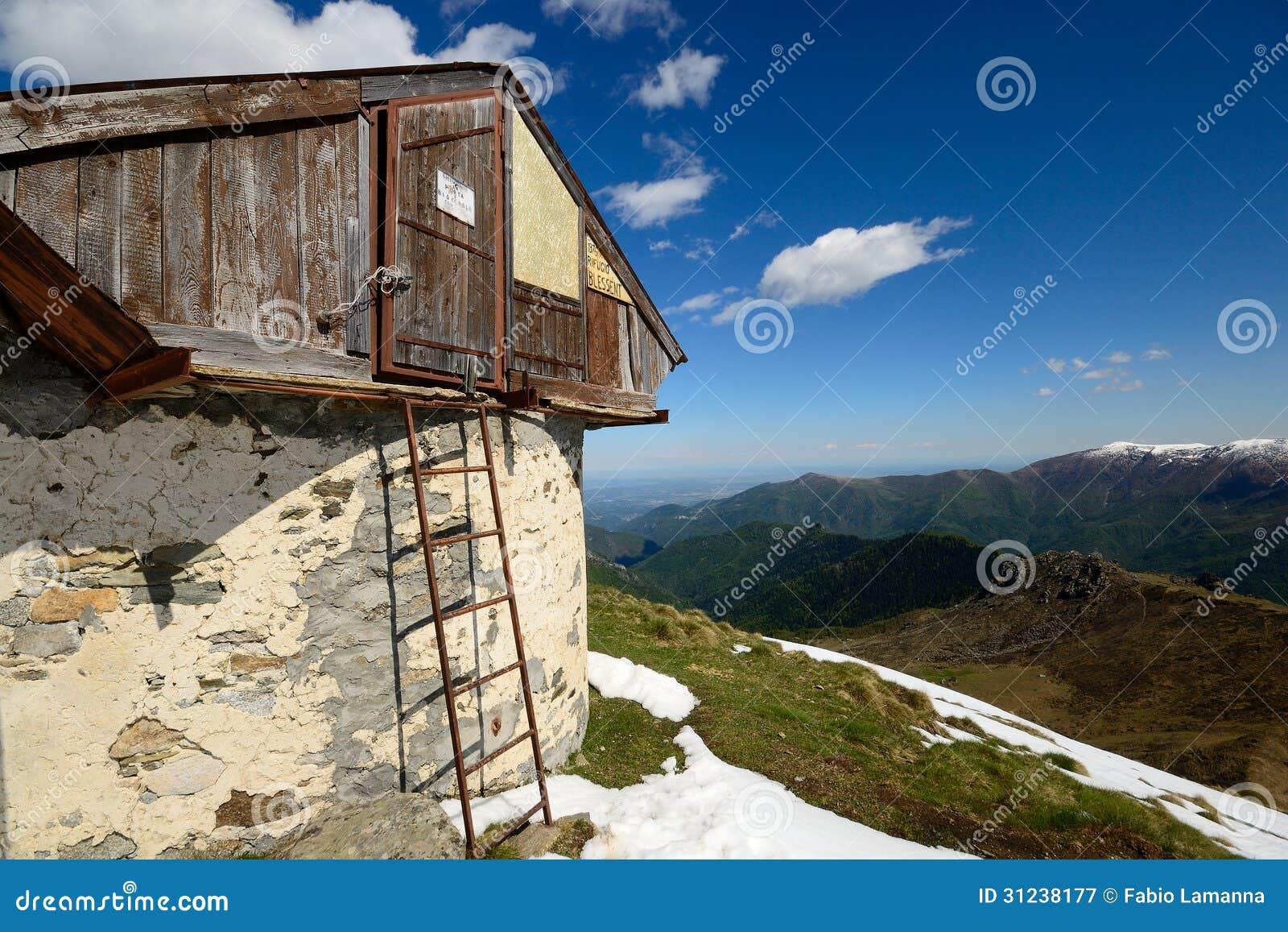 Alpejska buda z widokiem