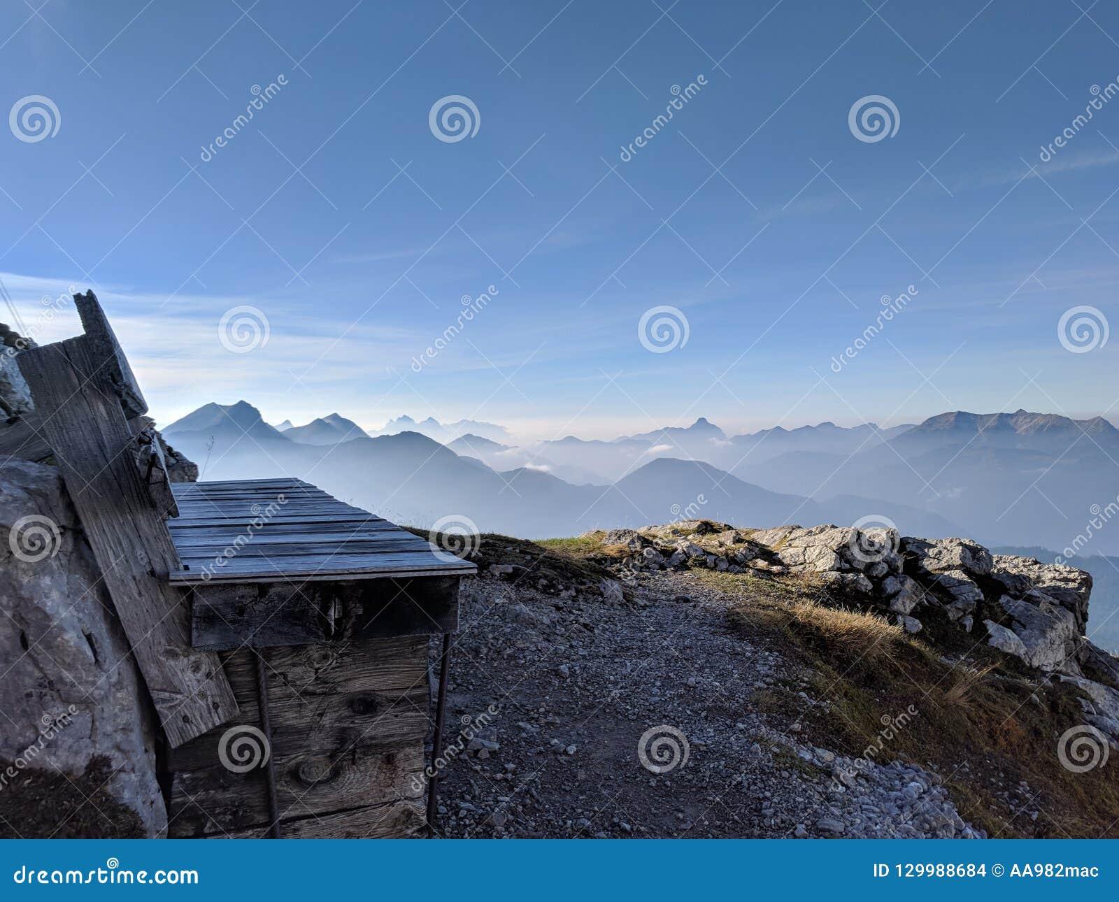 Alpejski bank z wielkim widokiem