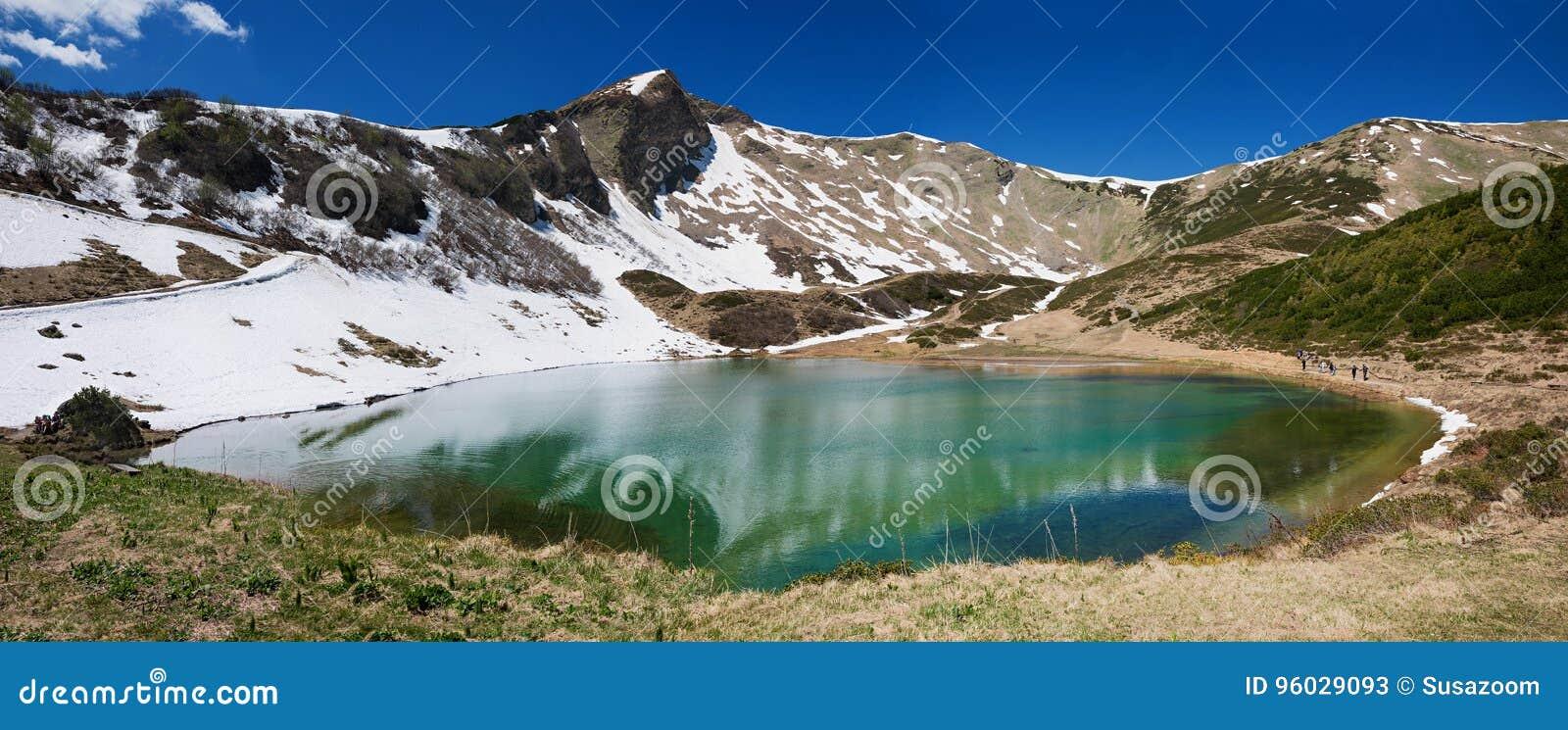 Alpejski jeziorny schlappoldsee w górzystym krajobrazie, allgau Germany