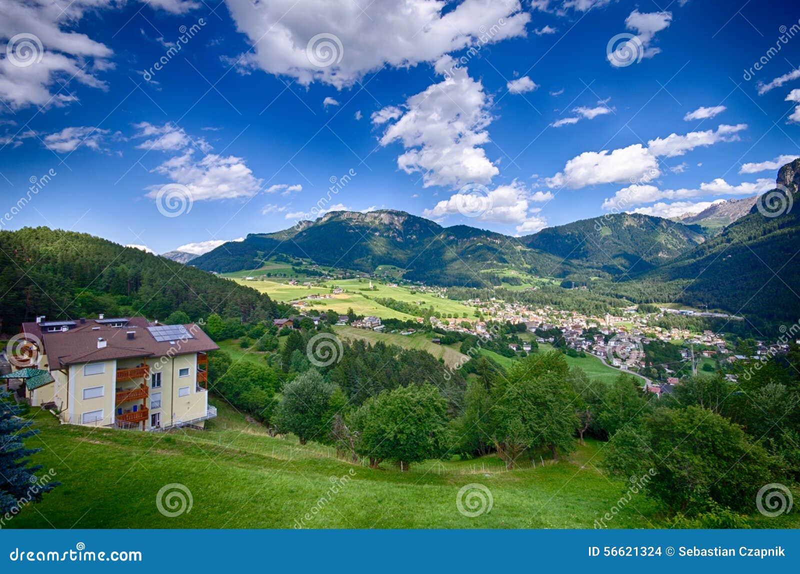 Alpes italiens paysage de ville d 39 alpe di siusi photo for Paysage de ville