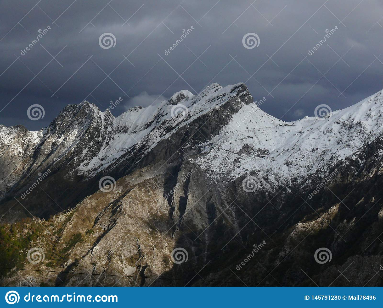 Alpi Apuane在与多雪的山峰的冬天 白色大理石猎物伪装与雪的白色 Passo del Vestito