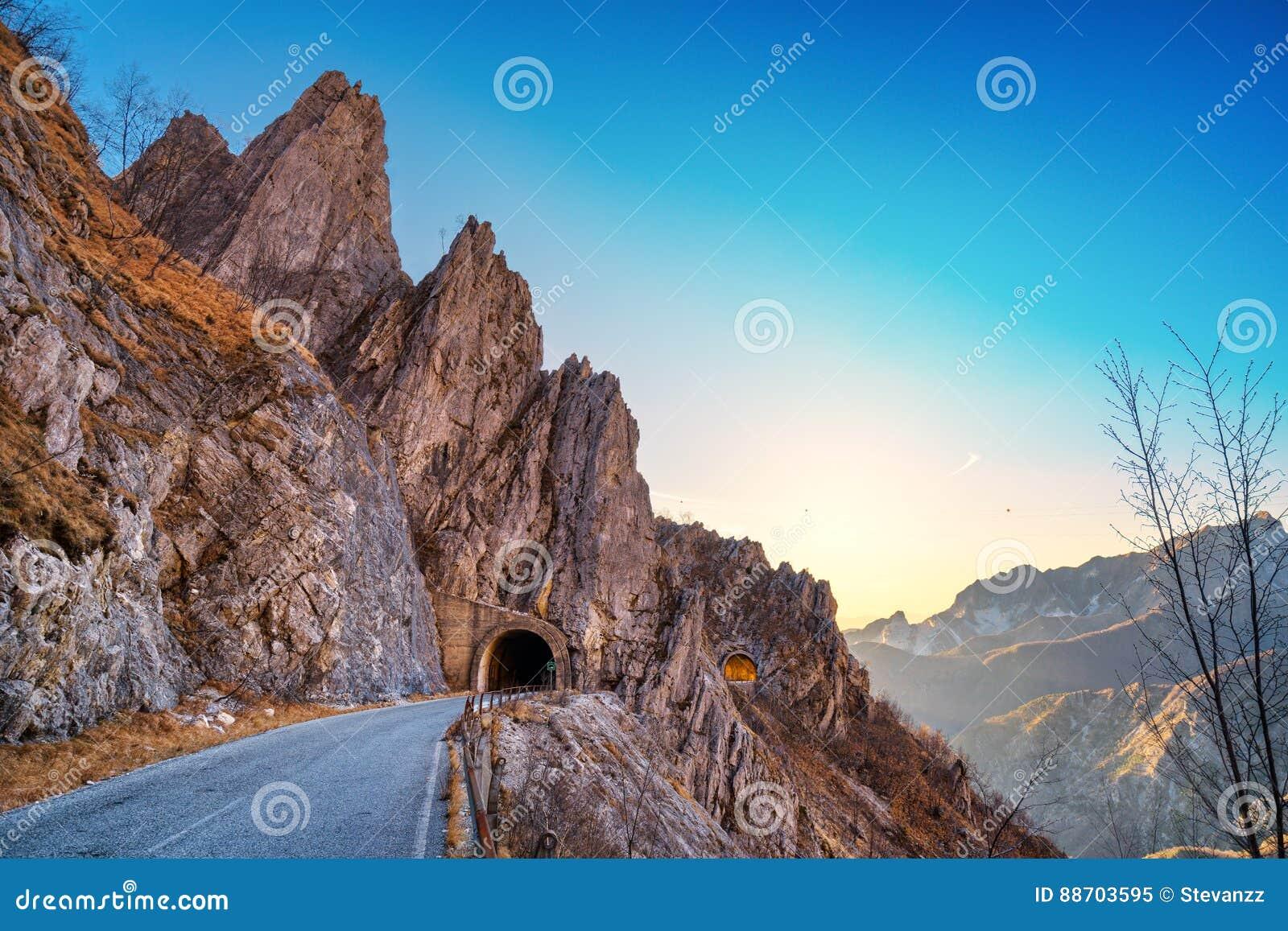 Alpi Apuane halna drogowa przepustka i kopia tunelowy widok przy zmierzchem
