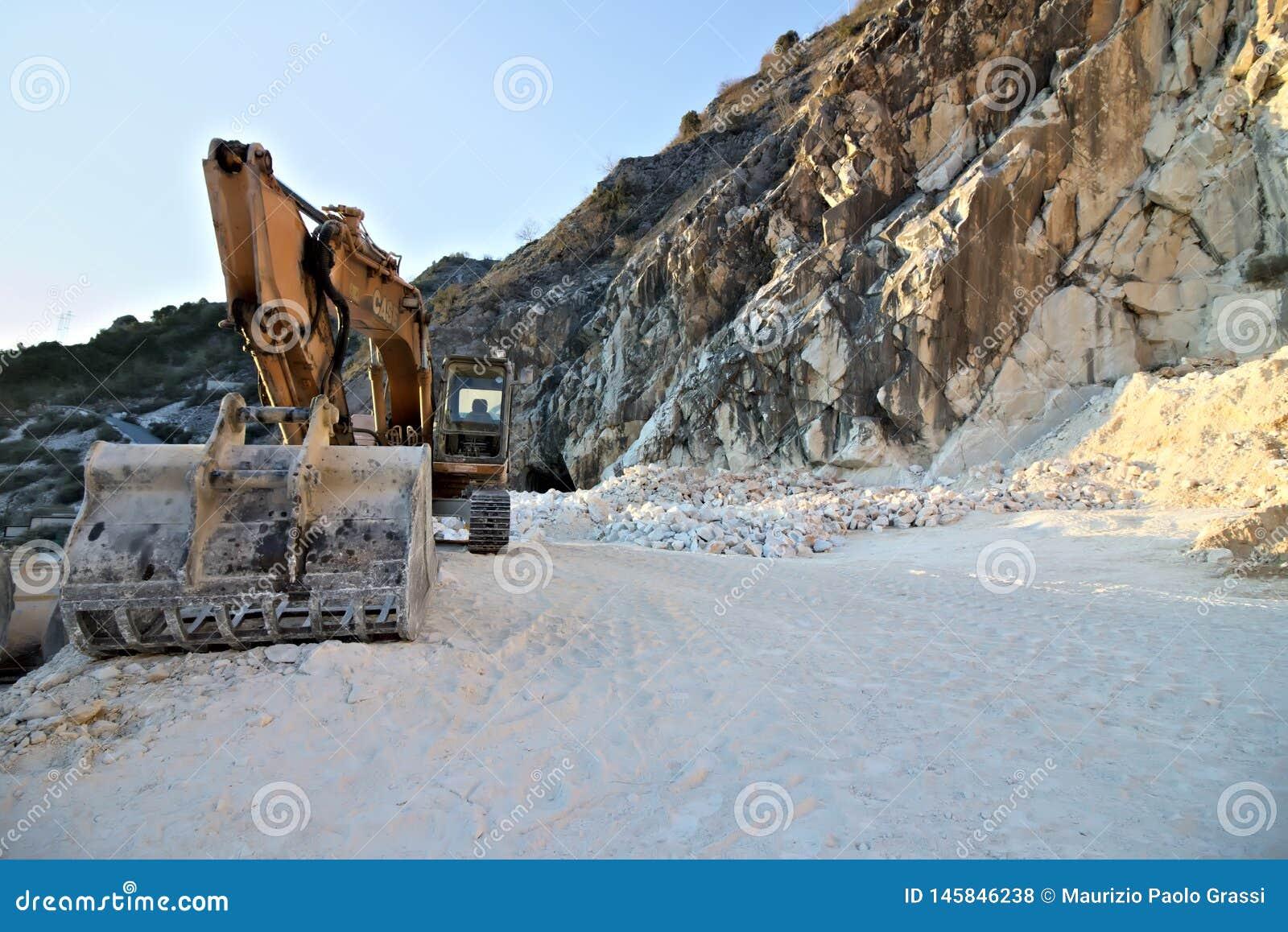 Alpi di Apuan, Carrara, Toscana, Italia 28 marzo 2019 Un escavatore in una cava del marmo bianco di Carrara