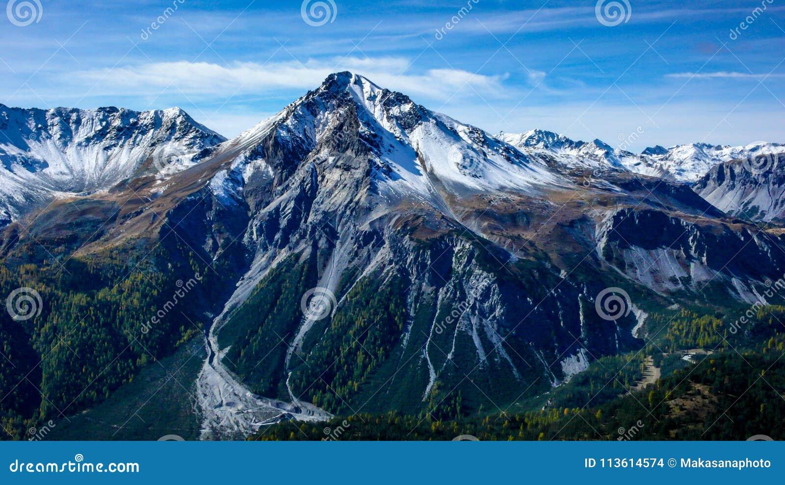Alpien berglandschap in de recente daling met de eerste sneeuw die de top behandelen