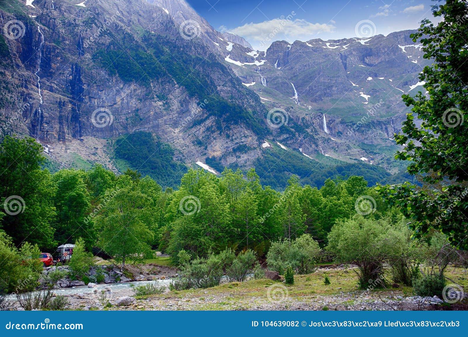 Download Alpien Ril En Mountainebos In Het Nationale Park Van Ordesa Stock Foto - Afbeelding bestaande uit daglicht, rillen: 104639082