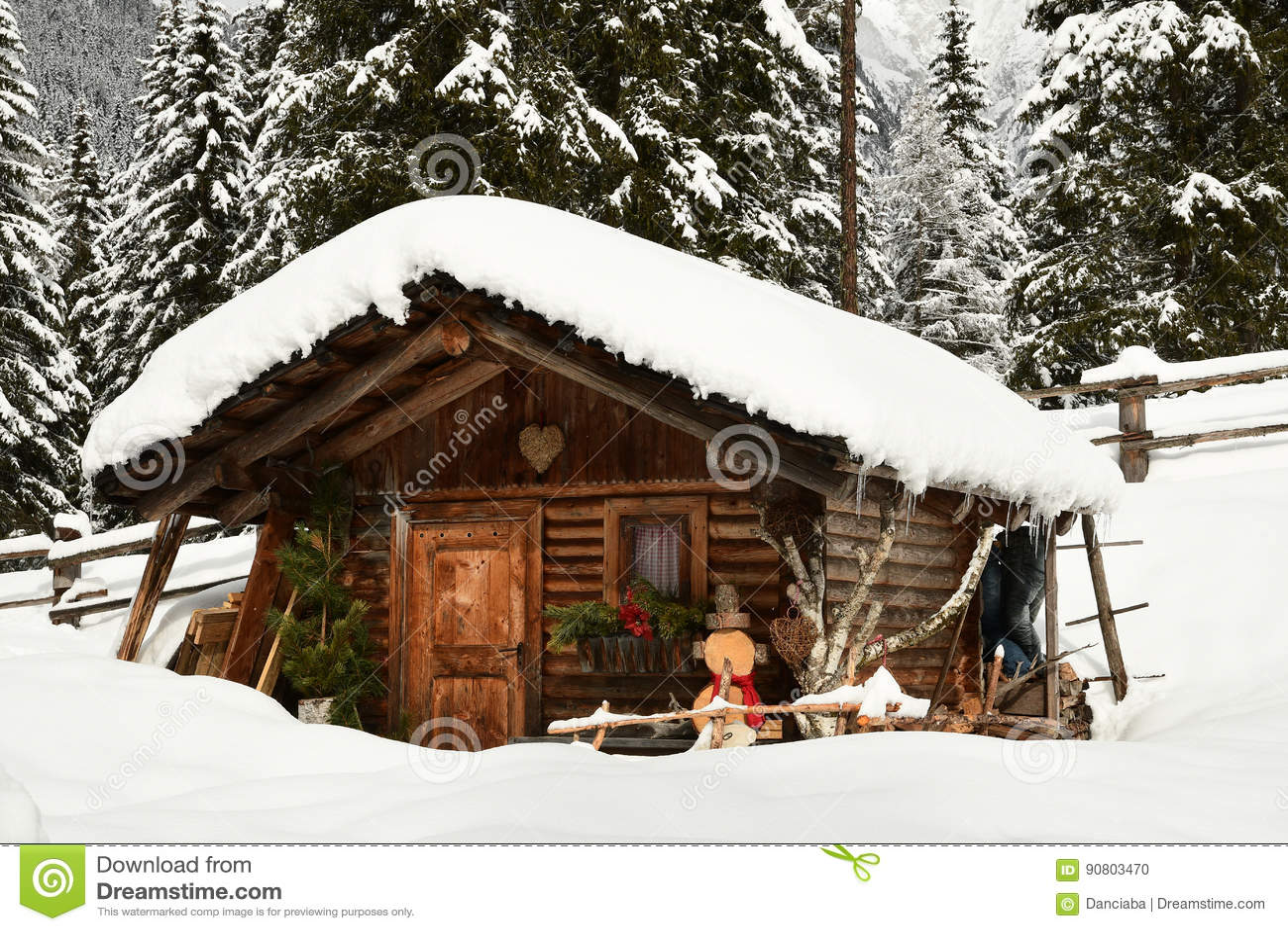 Alpiene hut in de winter in de Alpen De winterlandschap in een Bos dichtbij Meer Antholz Anterselva, Zuid-Tirol