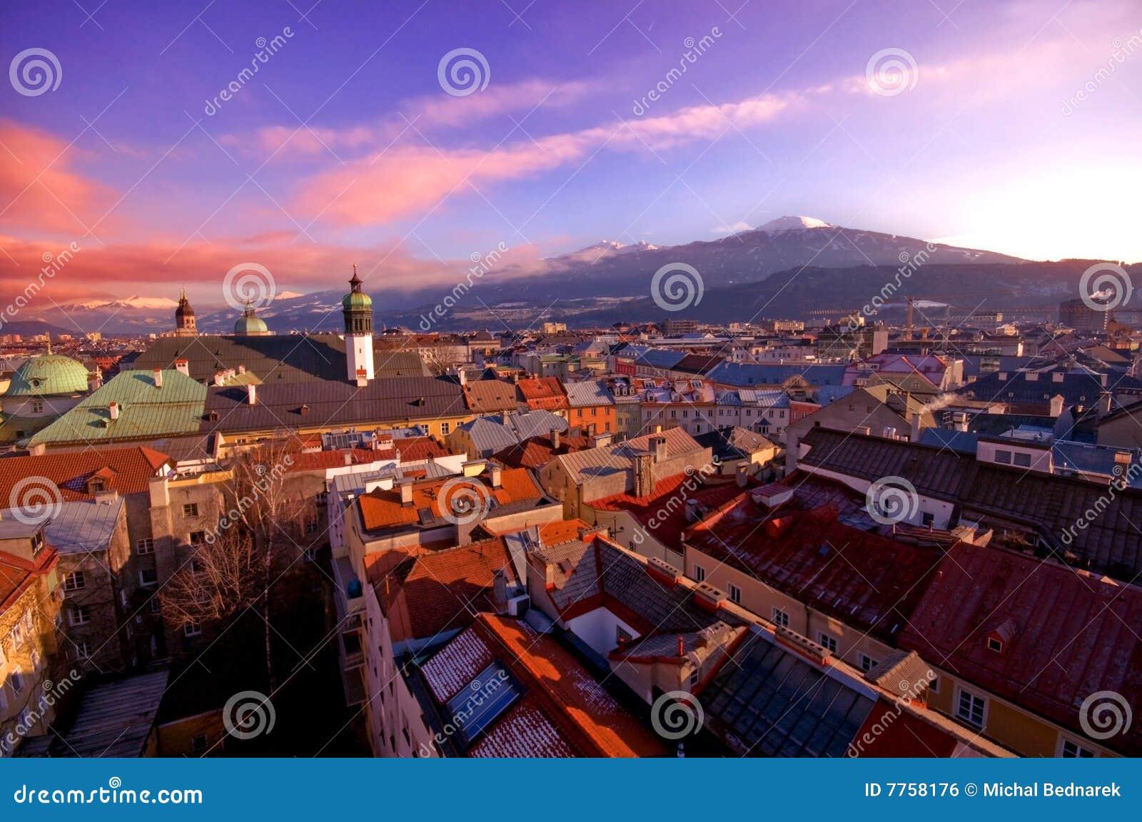 Alpiene stad in zonsondergang