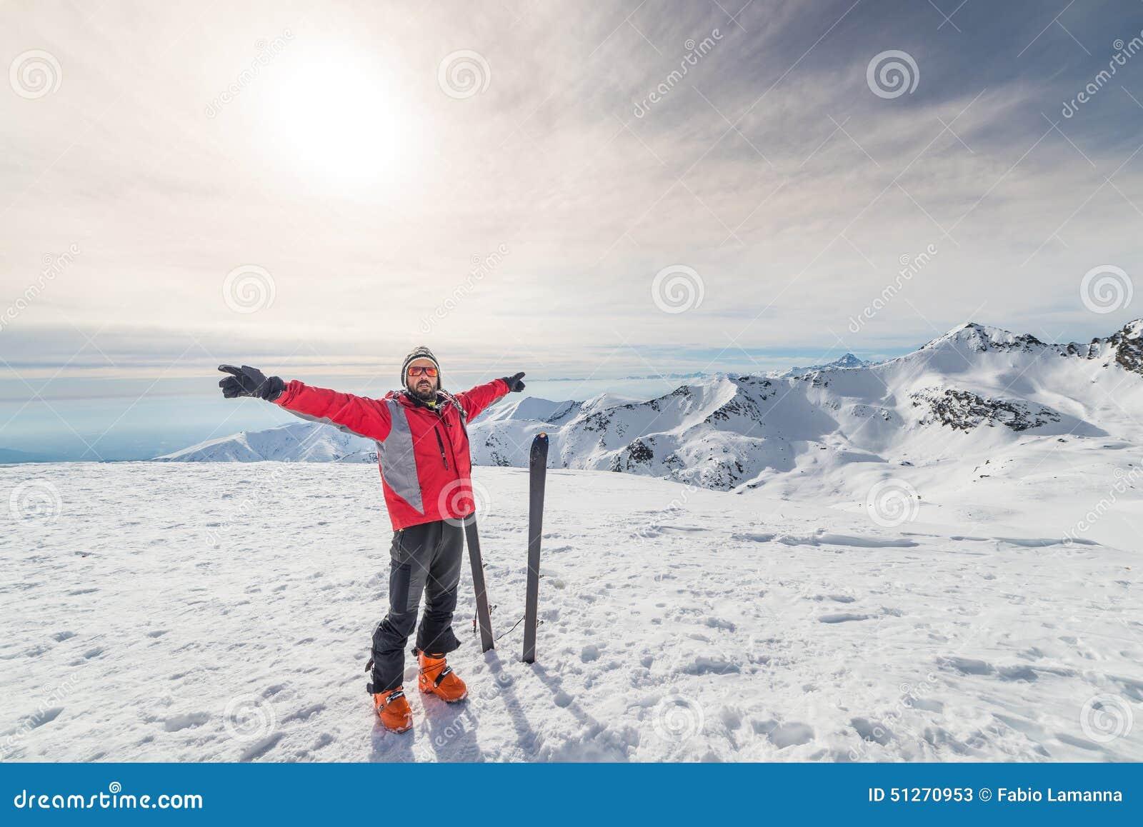 Alpinista con el esquí de la zona remota