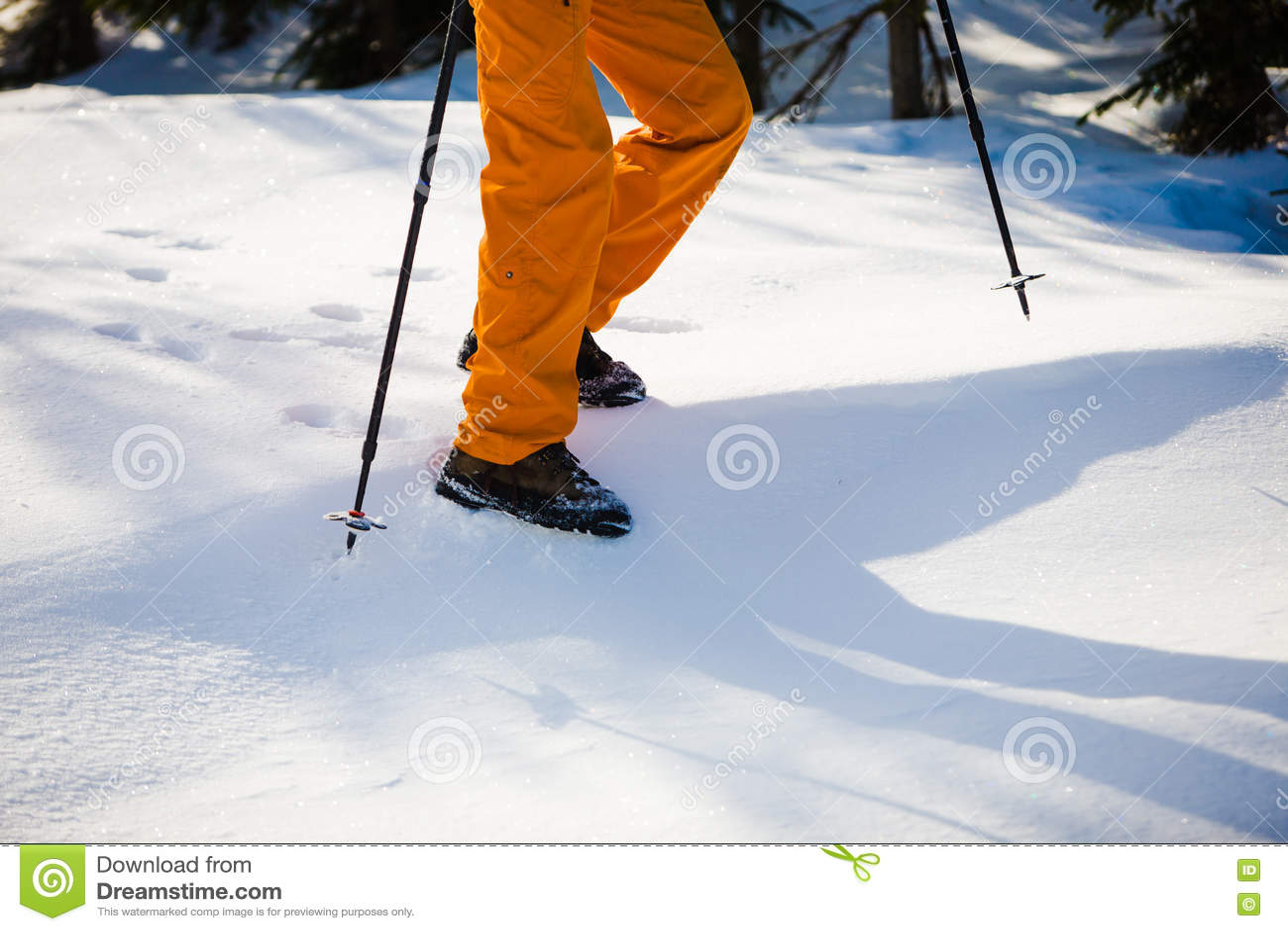 Alpiniste marchant sur la neige