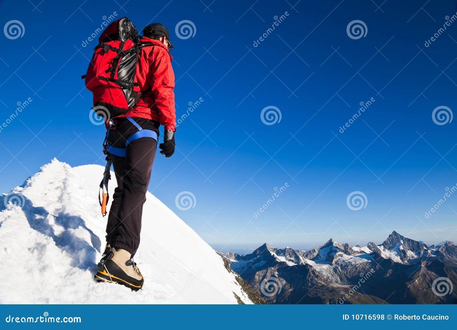 Alpiniste sur une arête neigeuse