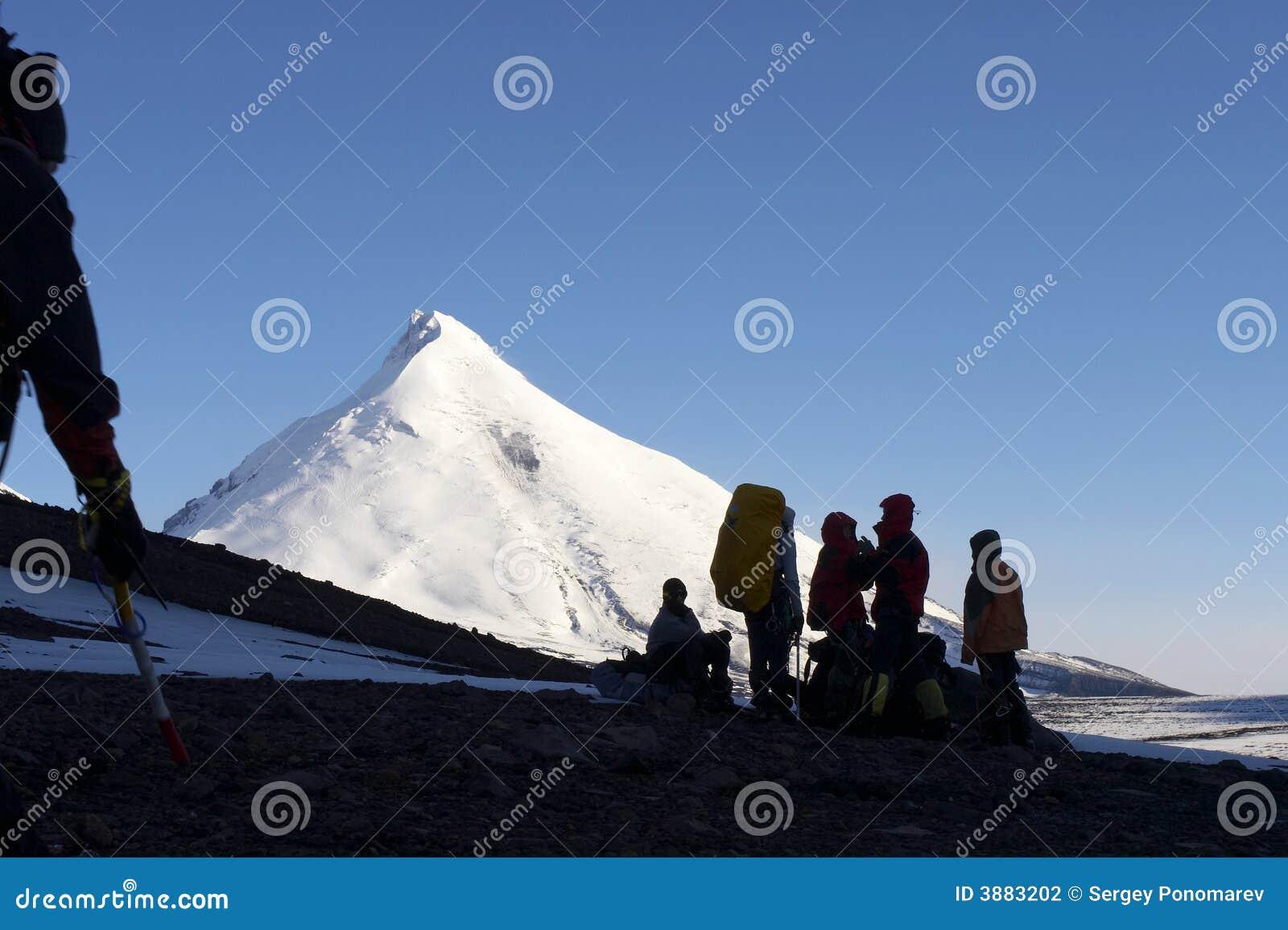 Alpinisti e montagna.