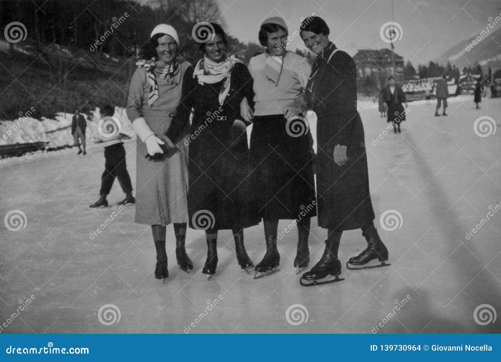 ALPS, SZWAJCARIA, 1932 - Cztery uśmiechniętej dziewczyny jeździć na łyżwach na wakacje w Szwajcarskich Alps