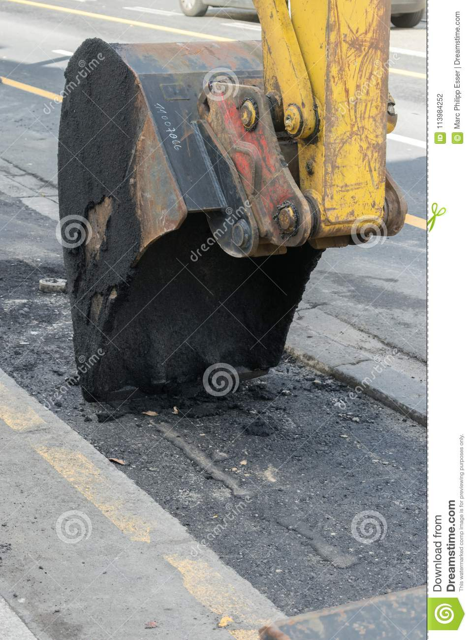 Alquitrán Asphalt Close Up Construction Roadwork de Shovel Scratching Tearing del excavador