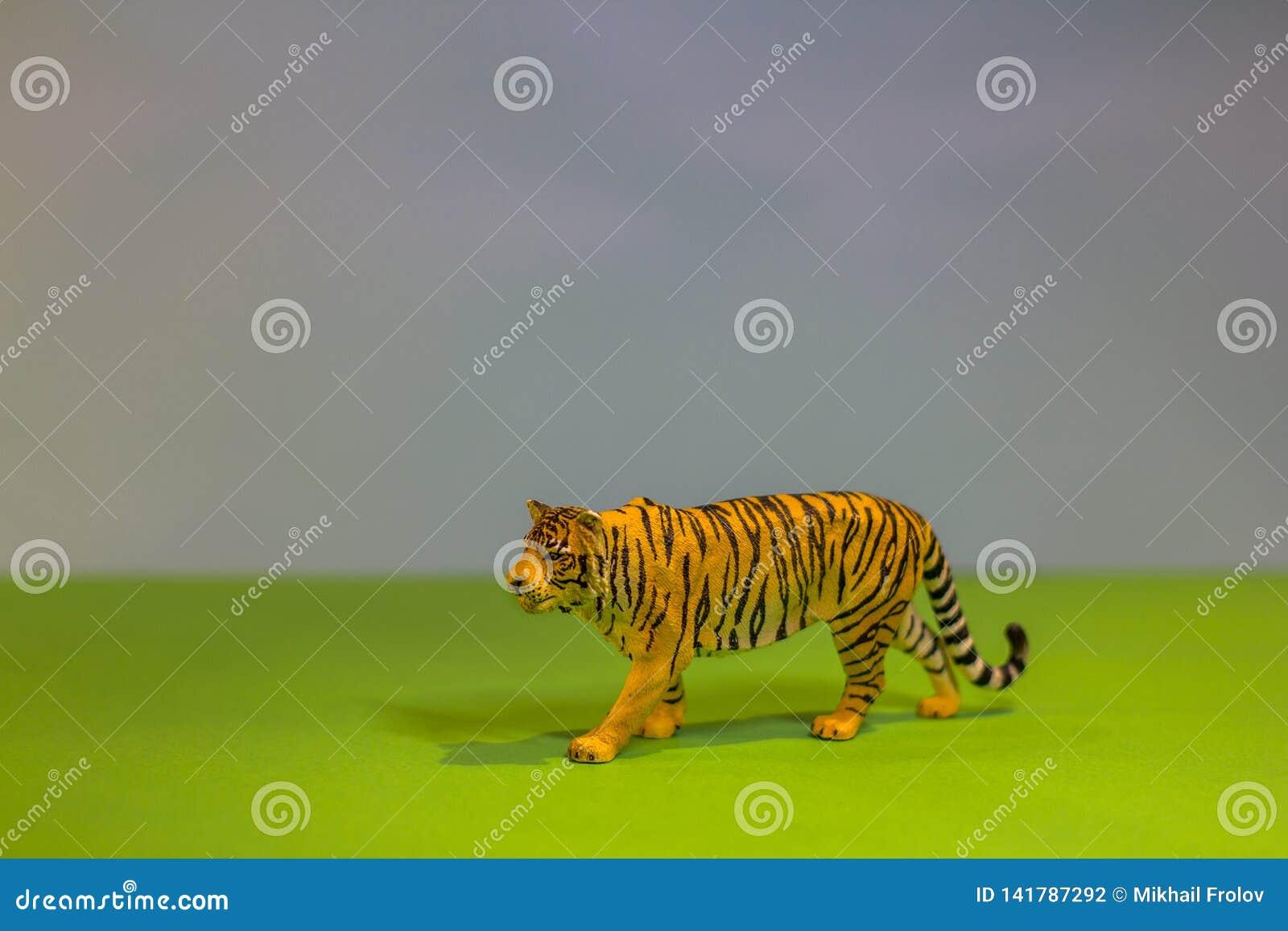 Als een echte tijger Stuk speelgoed tijger op een heldere studioachtergrond Ecospeelgoed