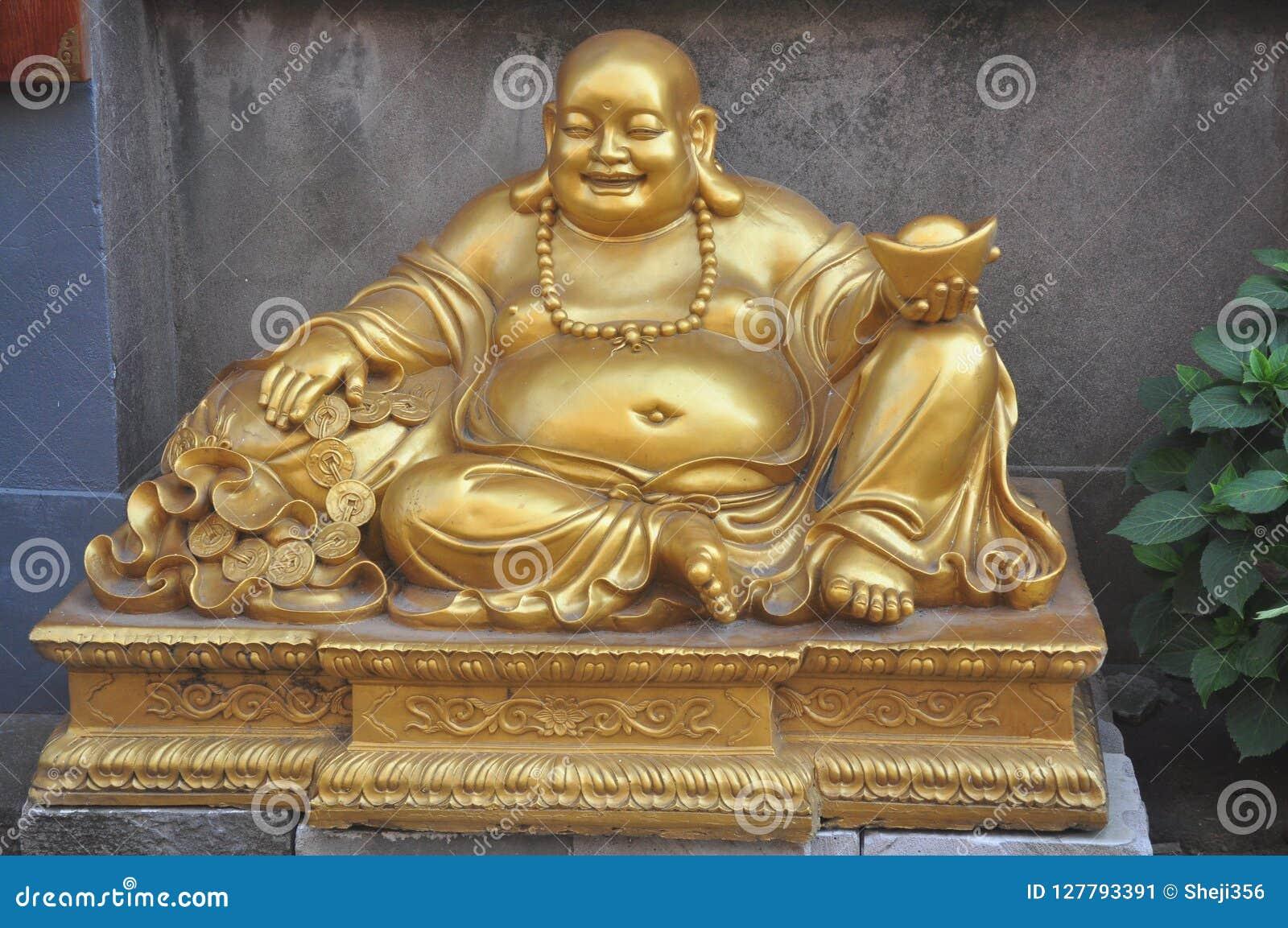 Als u aan het standbeeld van Boedha van Boedha Boedha komt, glimlacht Sakyamuni Boedha gezichts gouden en zilveren juwelen