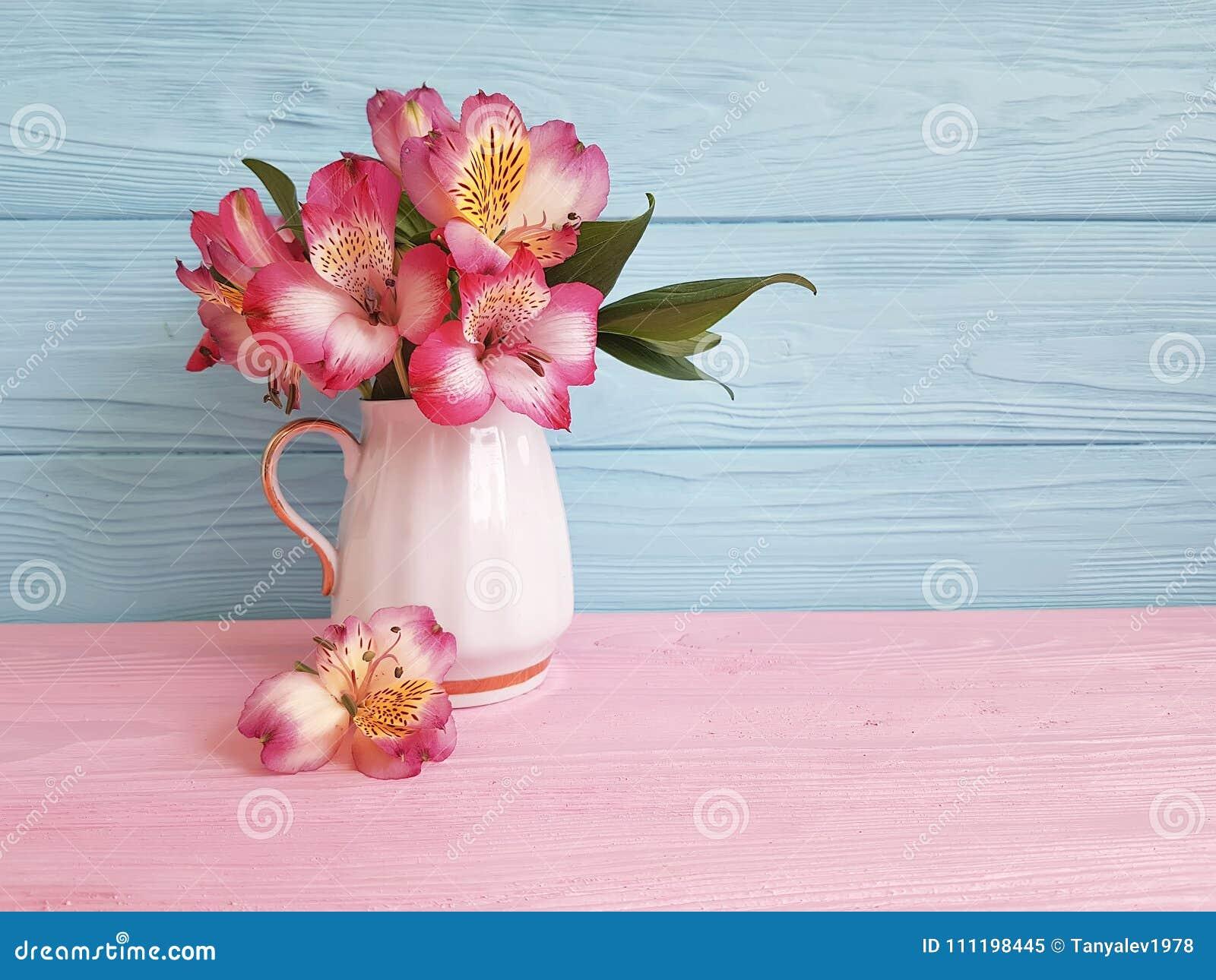 Alstroemeria de la hoja de la primavera de la flor del florero estacional en un arreglo de madera