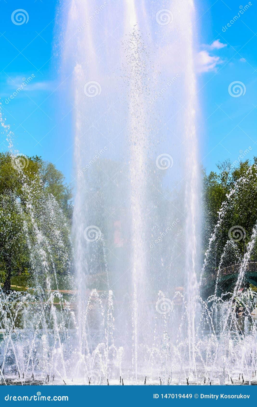 Alta fontana contro il cielo blu