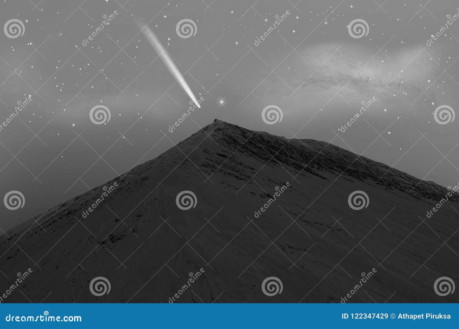 Alta montagna della sabbia con la cometa luminosa sopra la cima