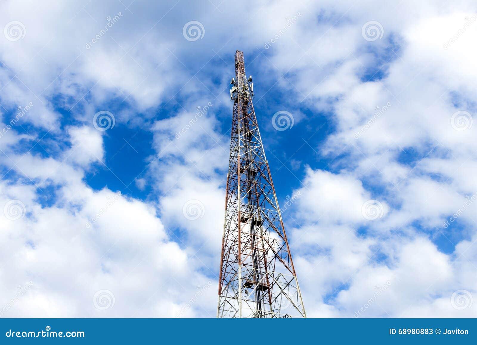 Alta torre móvil y cielo azul