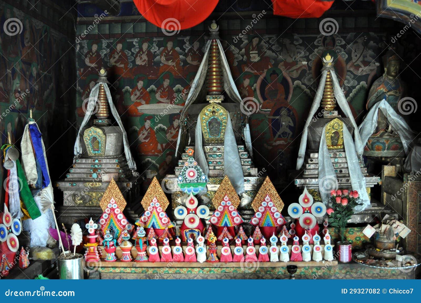 Altar budista velho com esculturas da manteiga