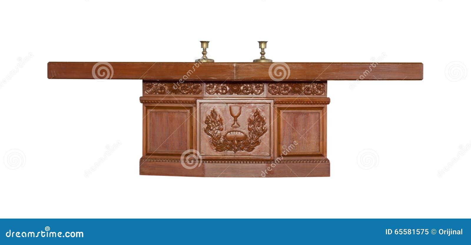 Altar feito da madeira isolada no fundo branco