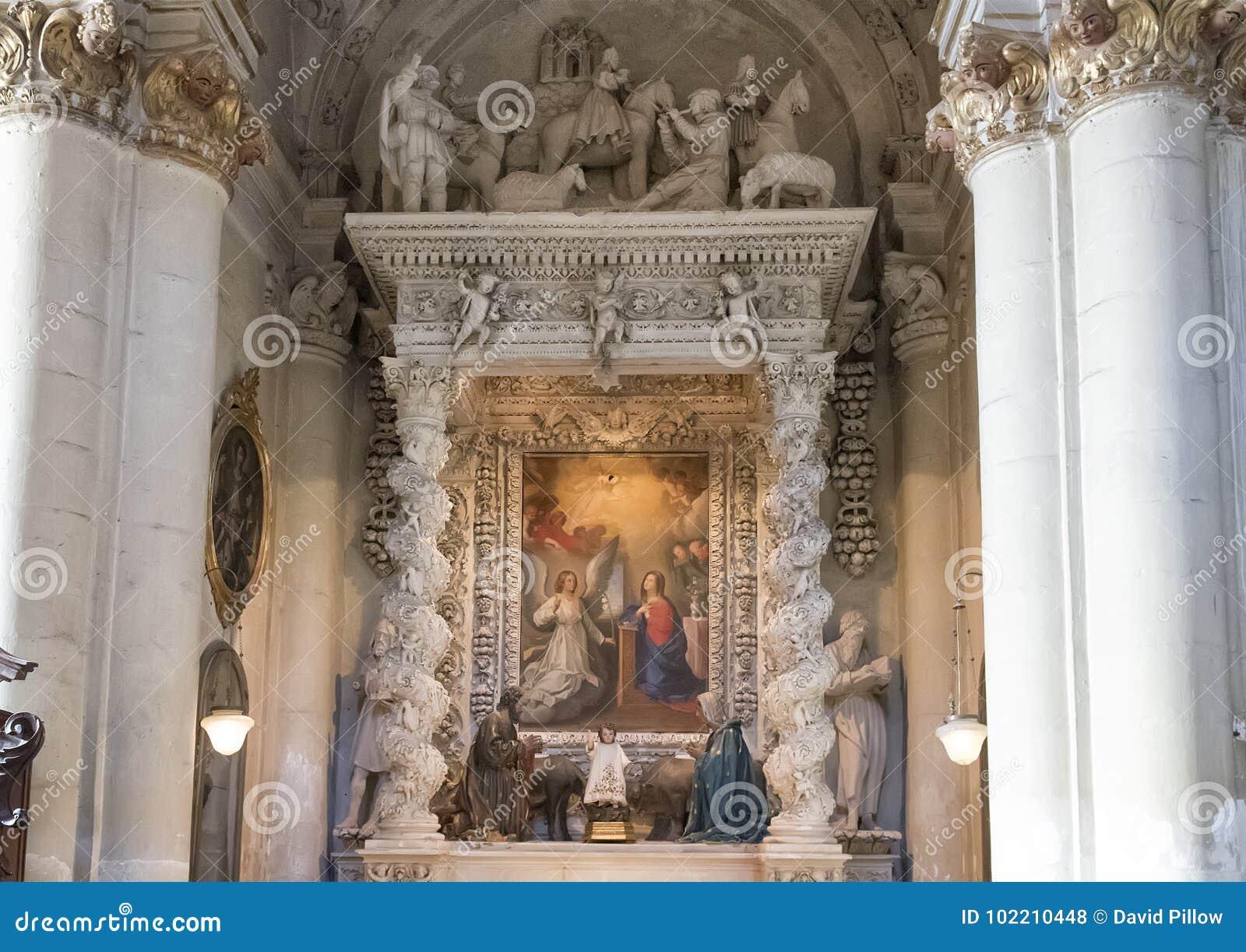 Altar lateral da catedral do domo em Lecce, com uma imagem da suposição