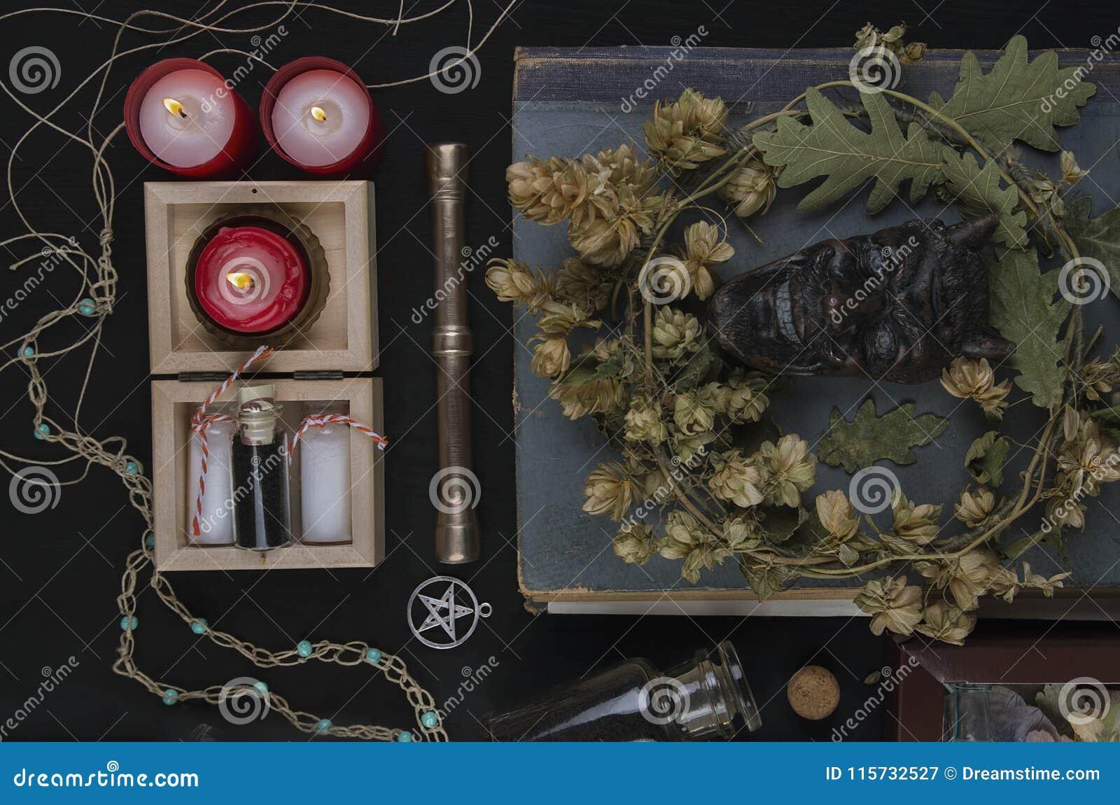 Altare occulto con il fronte del ` s della pentola, corona del luppolo