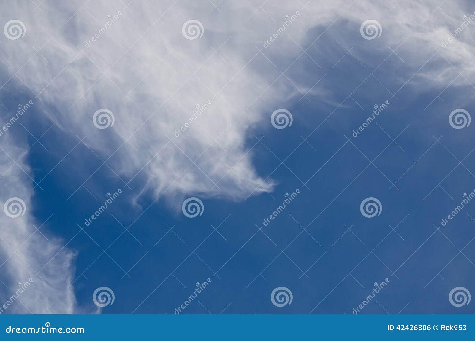 Altas nubes de cirro Wispy en un cielo azul
