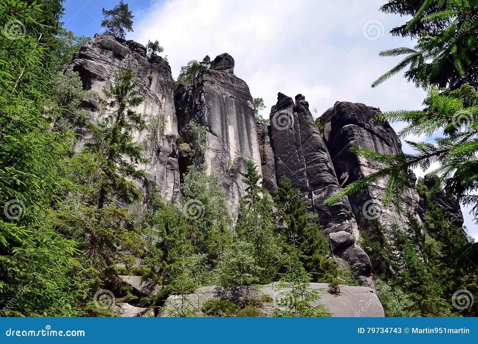Altas rocas altas en el ejemplo del parque nacional