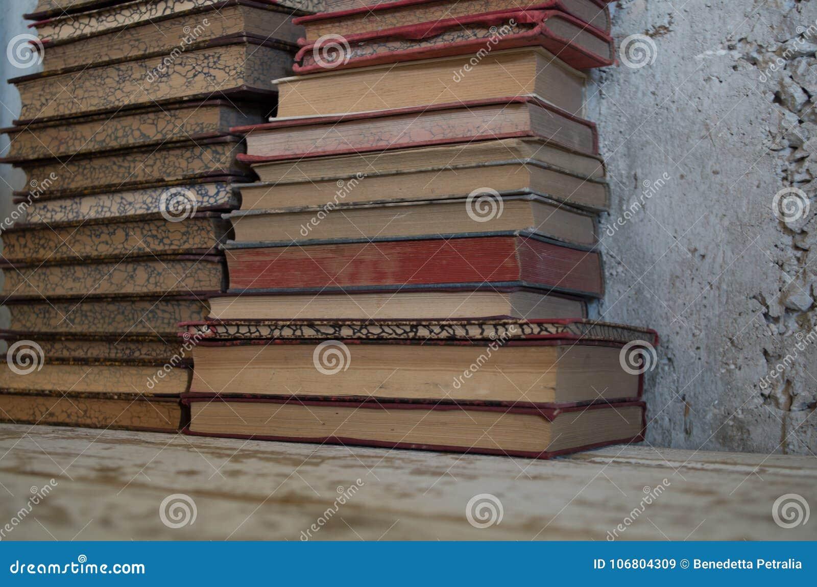 Download Alte Antike Bücher Der Weinlese Stockbild - Bild von ansammlung, weinlese: 106804309
