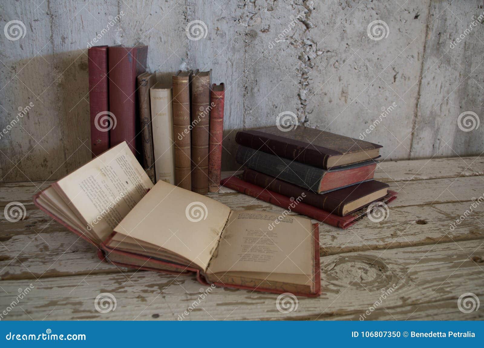 Alte antike Bücher der Weinlese