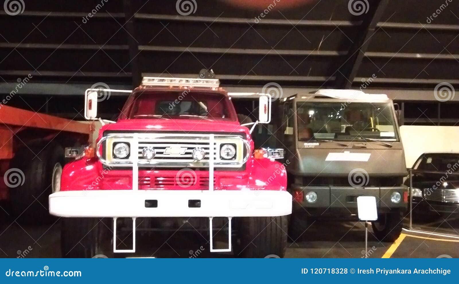 Alte Autos am Automuseum in Abu Dhabi