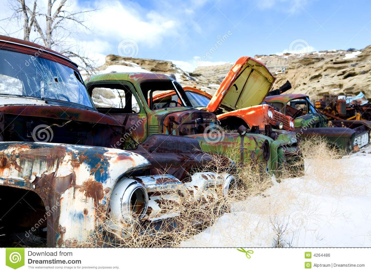 alte autos am junkyard stockfoto bild von brach rostig 4264486. Black Bedroom Furniture Sets. Home Design Ideas