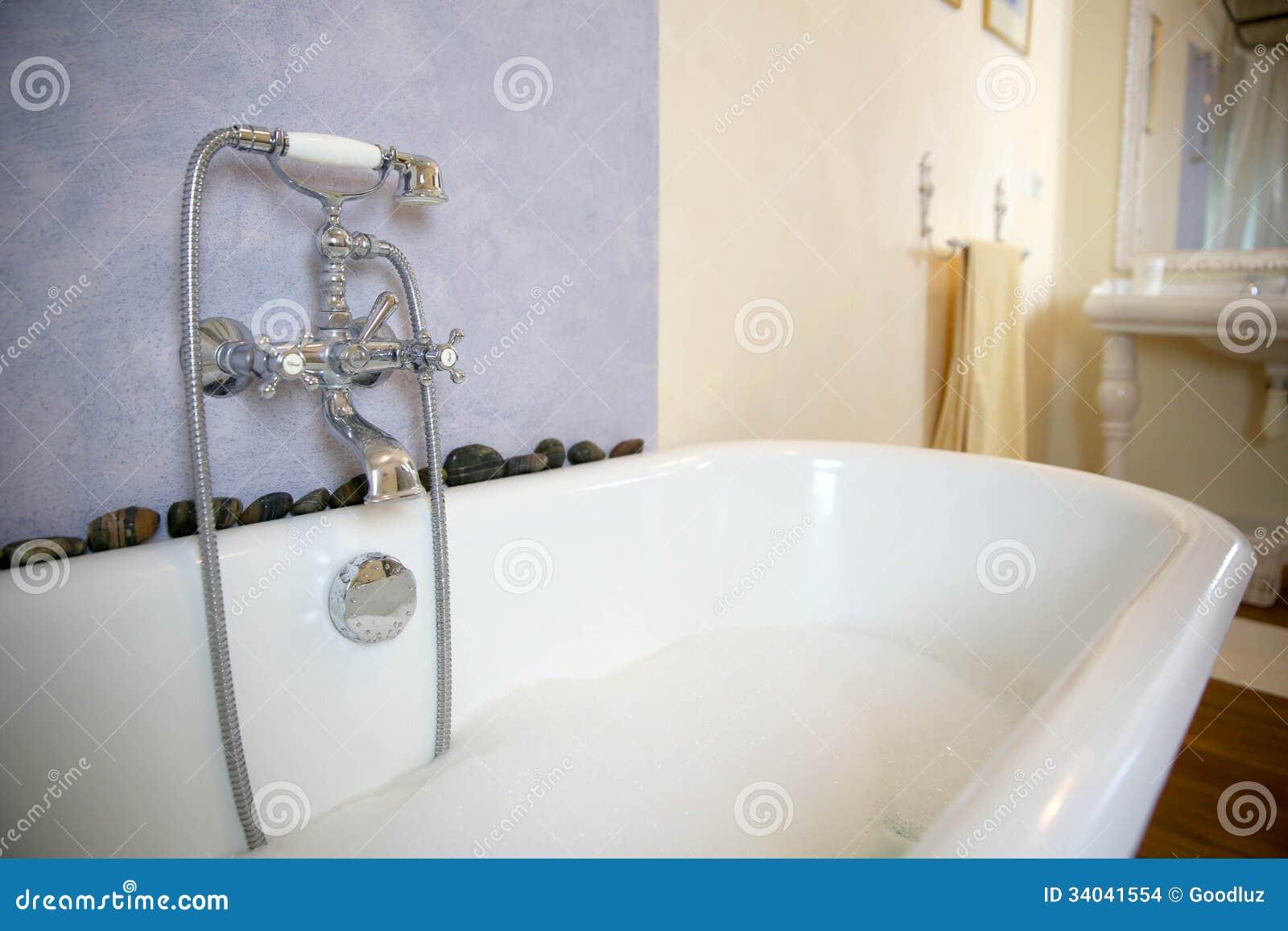 alte badewanne mit schaum stockbilder bild 34041554. Black Bedroom Furniture Sets. Home Design Ideas