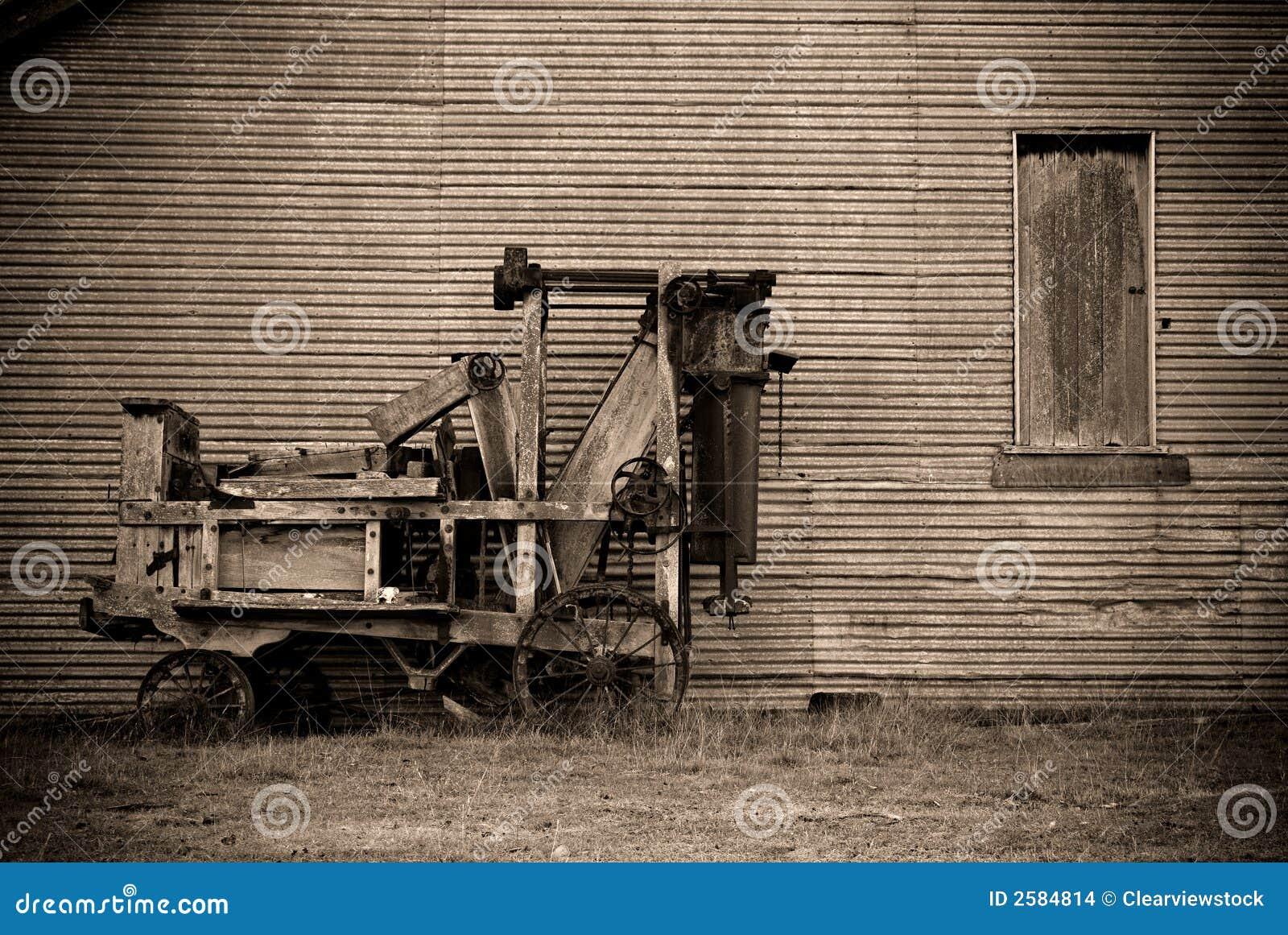 Alte Ballenpresse stockfoto. Bild von gealtert, altern - 2584814
