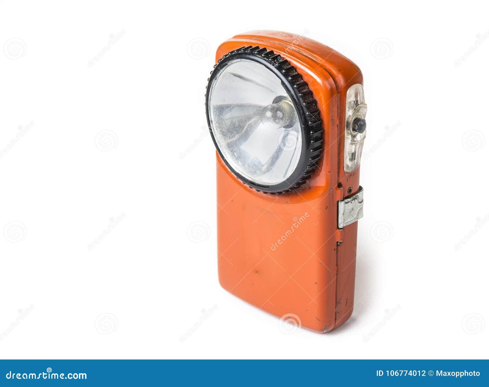 Alte Batterietaschenlampe auf dem weißen Hintergrund