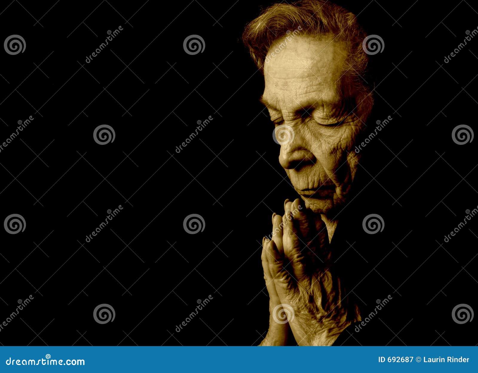 Alte betende Frau
