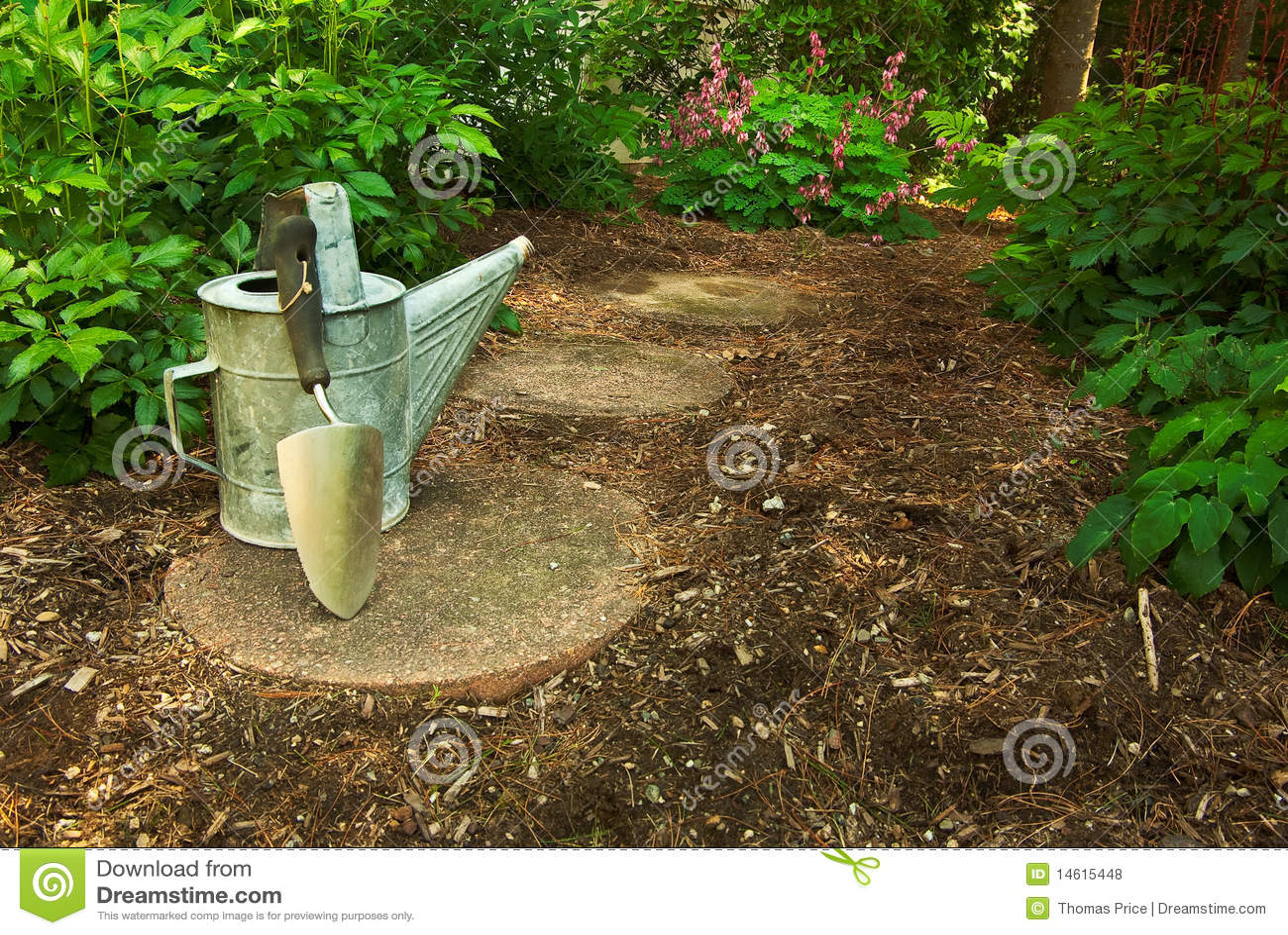 Alte Bewässerung Dose und Trowel in einem Garten