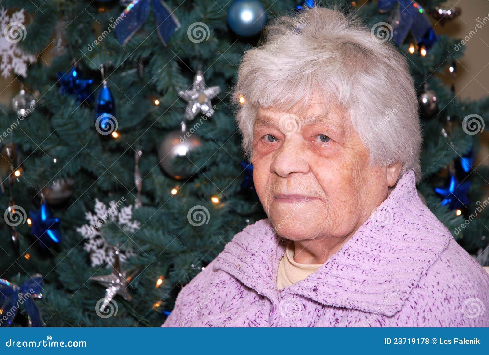 Alte Dame am Weihnachtsbaum