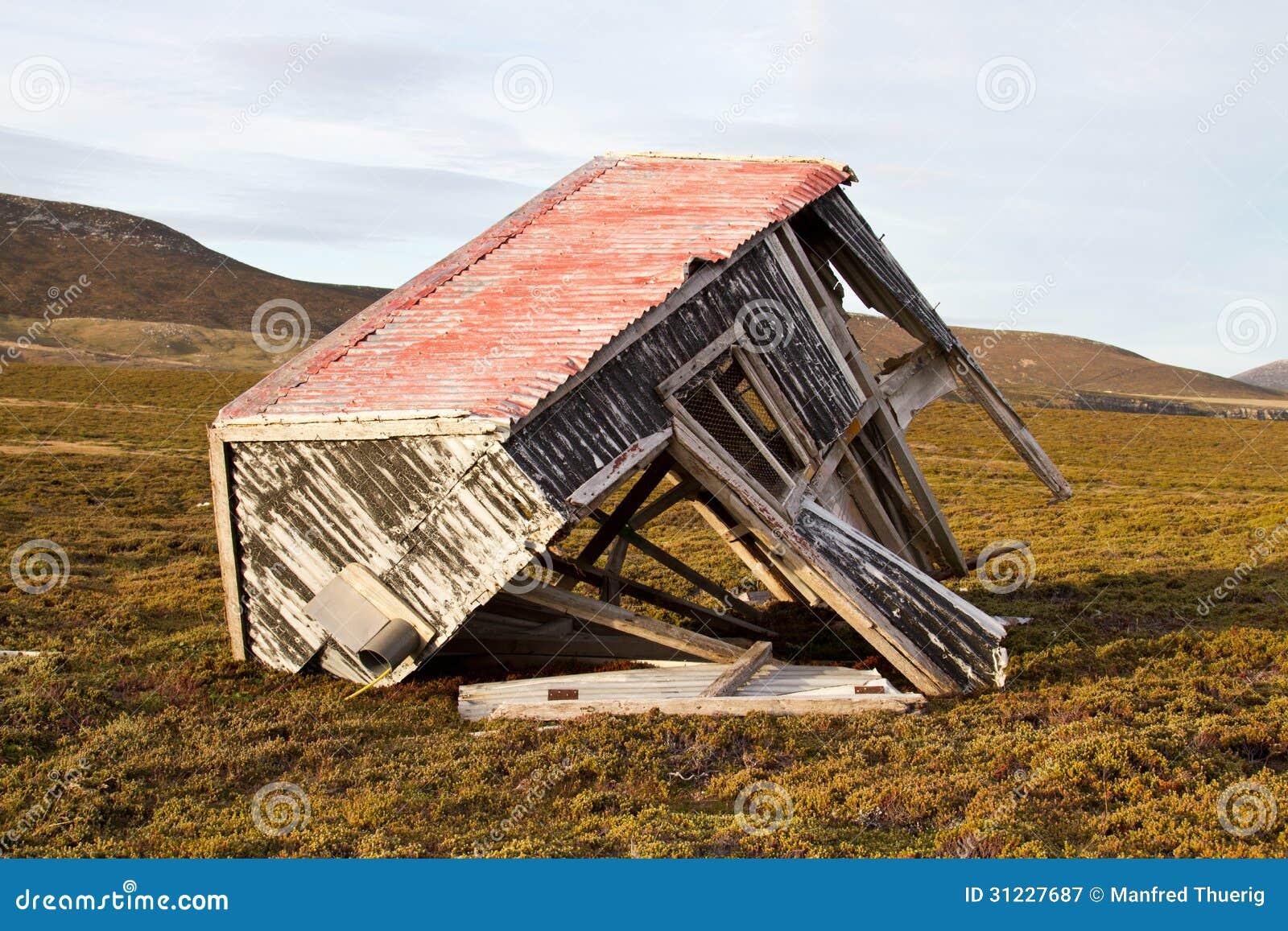 Alte eingest rzte h tte stockbild bild von sturm dach for An und verkauf gebrauchtmobel