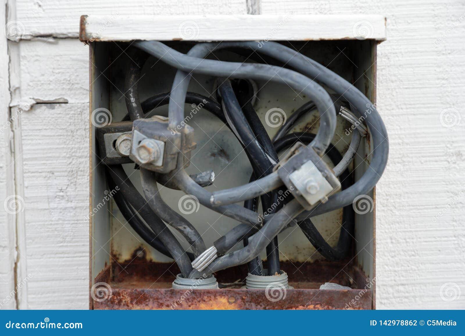 Alte elektrische schließen Platte oder Kasten auf außerhalb Gebäude an