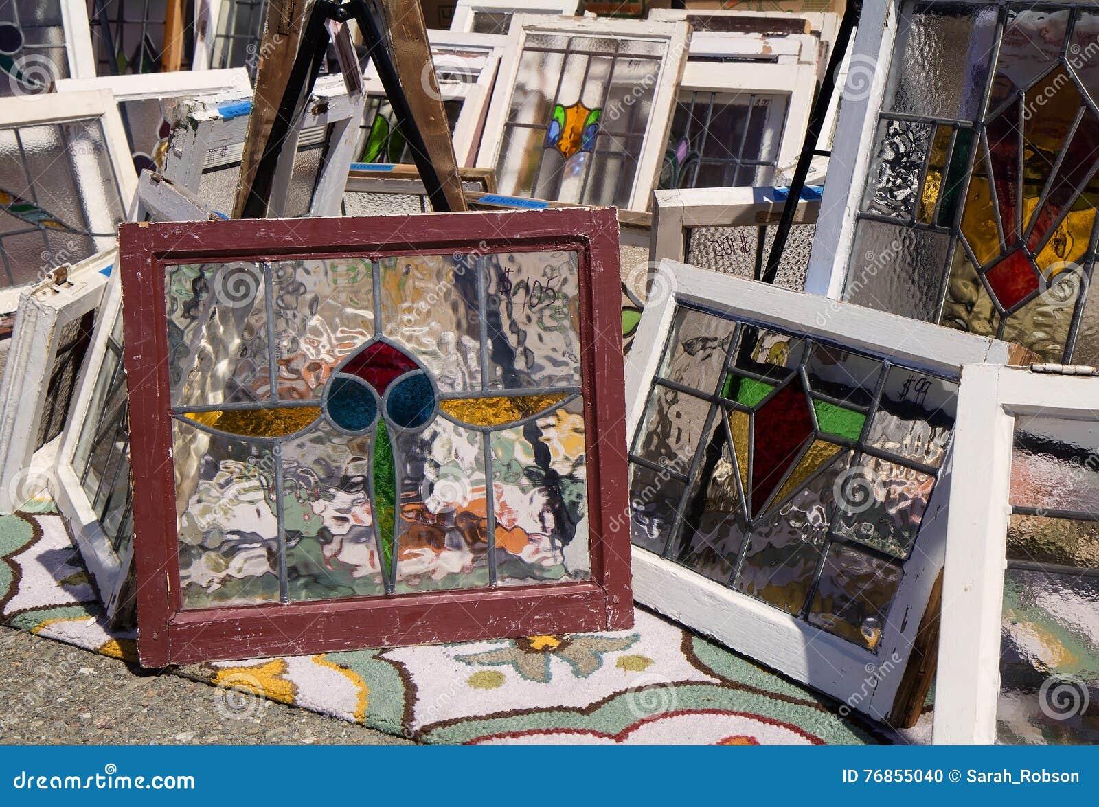 Alte Fensterrahmen Mit Buntglas An Der Flohmarkt Stockfoto - Bild ...