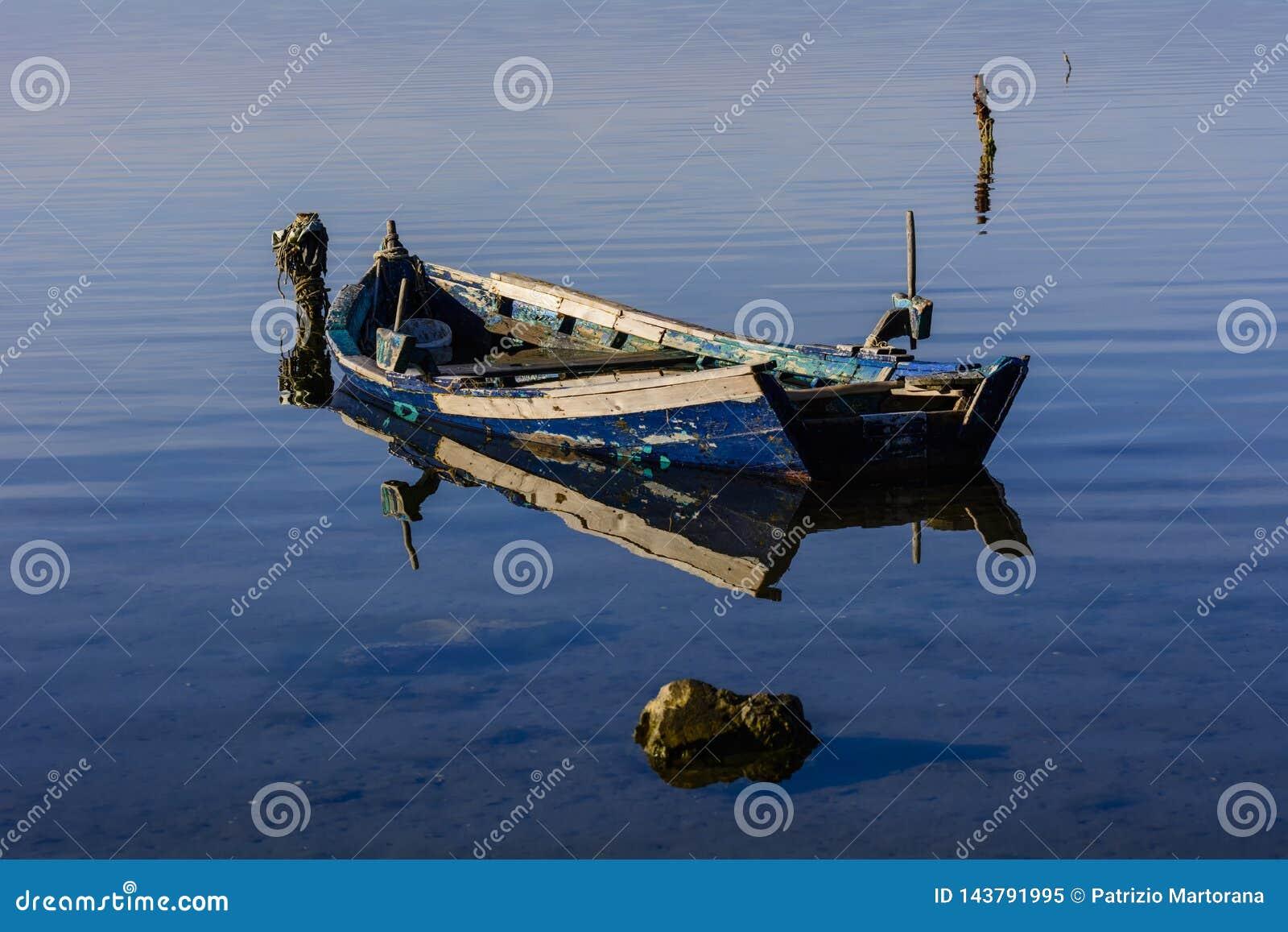 Alte Fischerboote mit hellen Farben an der Dämmerung auf dem See