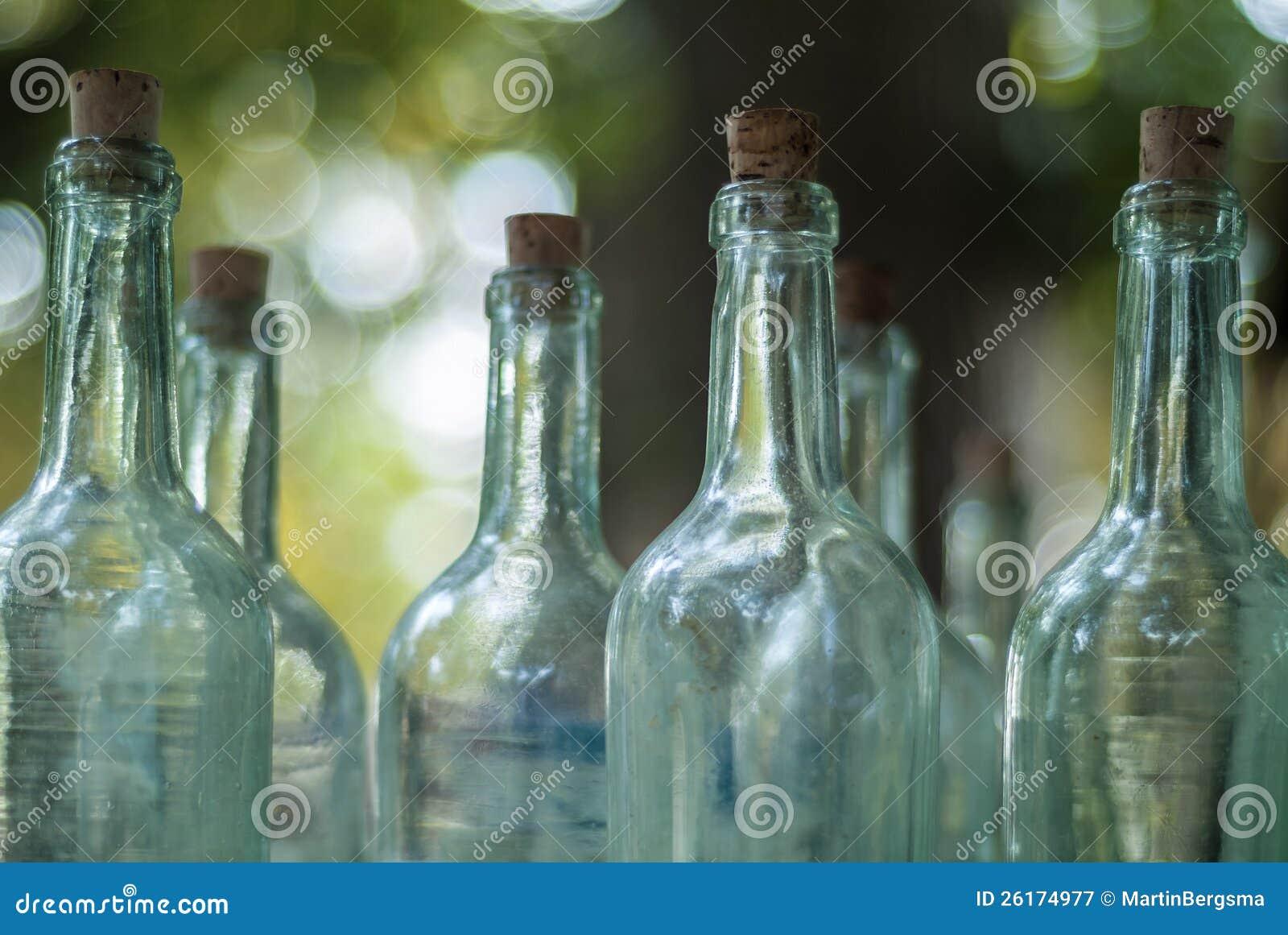 Alte Flaschen auf einem antiken Markt