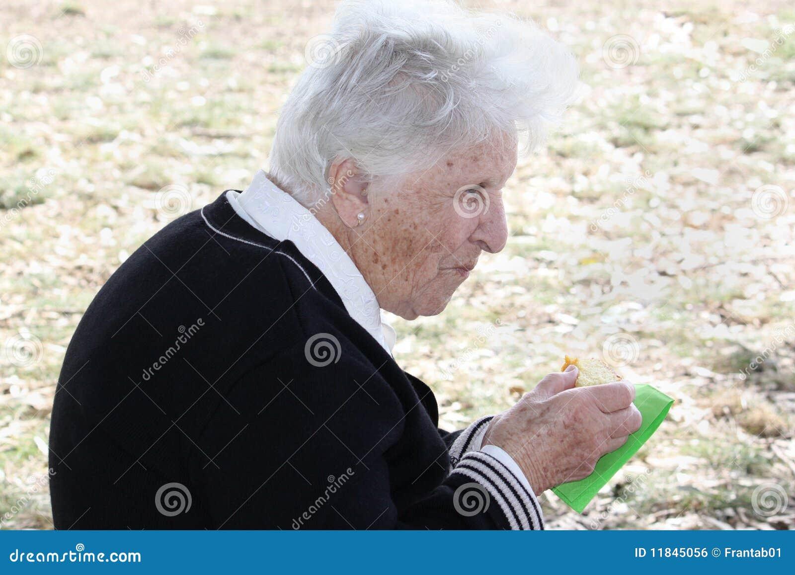 Alte Frau, die Kuchen isst