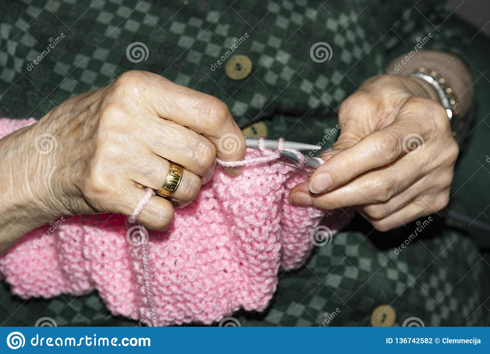Alte Frau, die zu Hause strickt